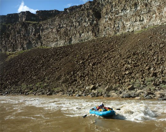 Andy Round rowing through Bullseye Rapid, Owyhee River, Oregon